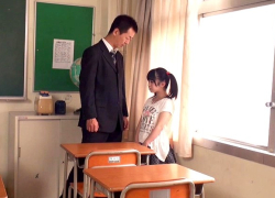 いつも放課後に残され先生に白いおしっこを注入される134cmの女の子!