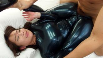 体のラインが丸分かりなピチピチキャットスーツでハメ倒される倉多まおさん!