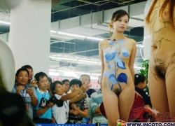 【画像あり】 中国のコンパニオンま◯こモロ出しワロタwwwwwww(54枚)