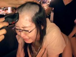ちょwwwチンコブチ込みながら女の頭を刈るAVがマジキチすぎるwww