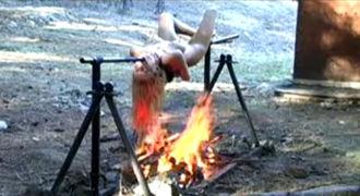 【衝撃映像】今からブッ殺した女の子を丸焼きにするけど食べる?