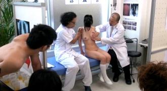 同級生に見られながら発育健康診断をされる新入生。女性器・アナルまでも計測検査を強要