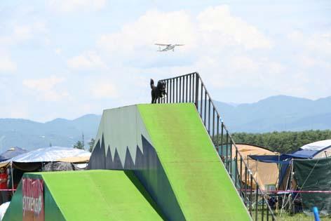 コト、飛行機と競争