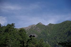 向かいの高い山