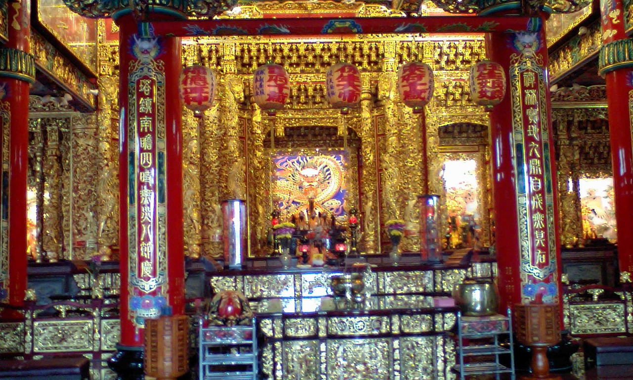 HI3A0094寺の内部 黄金色