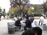 韓国高校生修学旅行、たこ焼きをぱくつく