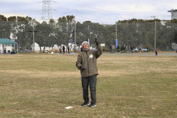 凧揚げ中の後藤さん