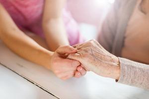 独女は特に不安!? 結婚のネックにもなる「親の世話・介護」問題