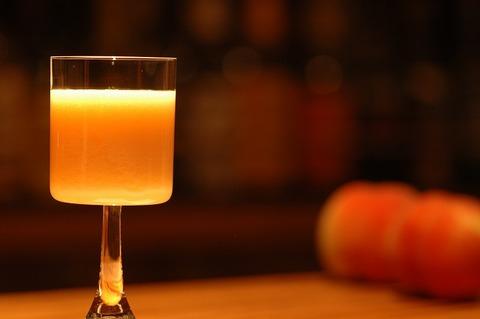薄赤き顔並びけり桃の酒