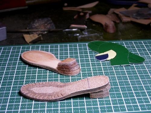 ヒールの高さに重ねた革を、意匠の通りに削り出す。そう作られる