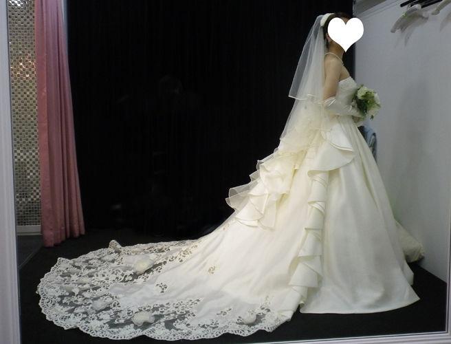 こちらのドレス、別途トレーンがついています。 これは好みでつけたりつけなかったりできるそうです。 うーん、豪華~~!