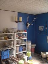 アトリエの青い壁