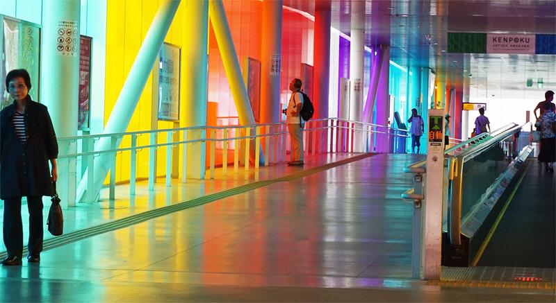 回廊の中で:この場所のための4つの虹(高松良一撮影)