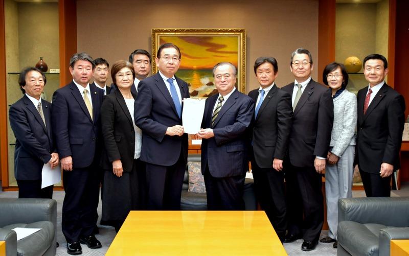 県北芸術祭の継続開催を求める署名を提出