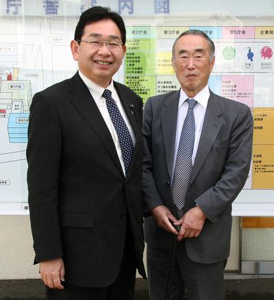 樫村千秋さんと(2011年2月24日・市役所で)