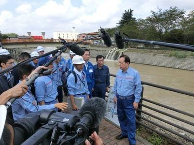 排水ポンプ車を視察する太田国交大臣
