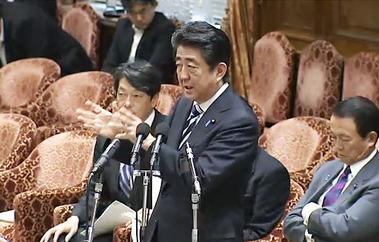 予算委員会で答弁する安倍首相