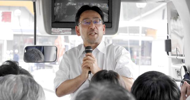 バスの中で講演する藻谷浩介氏
