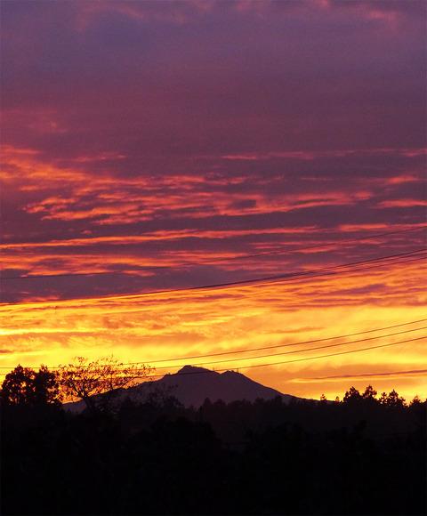 夕焼けに映える筑波山