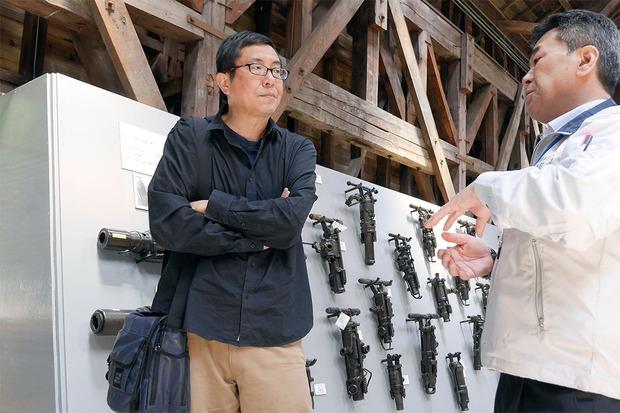 日鉱記念舘鉱山資料館を視察する松村克弥監督
