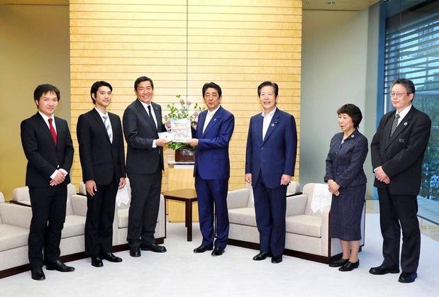 安倍首相を表敬する山口代表、松村監督ら