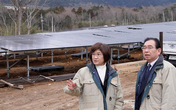 大規模太陽光発電施設を視察する井手よしひろ県議ら