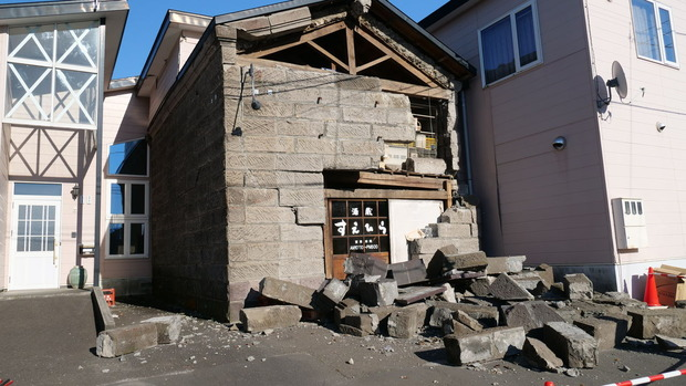 安平町の市街地で崩壊した石蔵