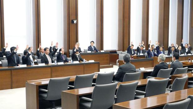 全会一致で減額修正案を可決した予算特別委員会