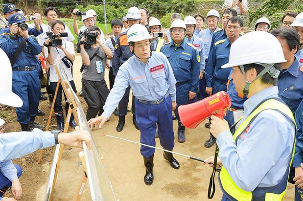 九州北部豪雨の現地調査する石井国交相(7月9日)