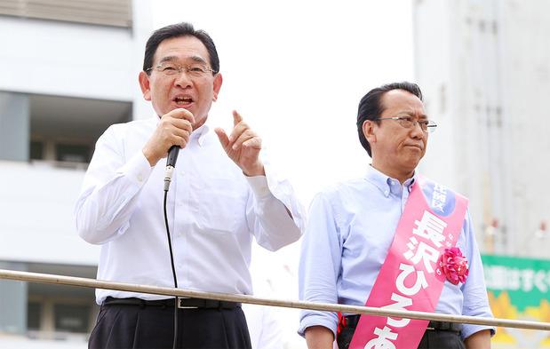 井手よしひろ県議(左)と長沢ひろあき候補