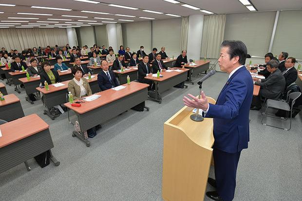 茨城県本部大会で挨拶する山口代表