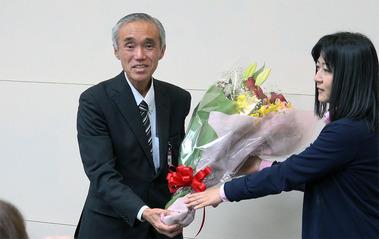 久保田時治へ花束贈呈