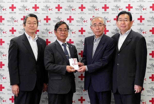 日本赤十字に義援金を届ける