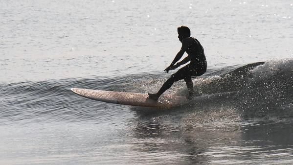 河原子北浜海岸でサーフィンを楽しむ若者