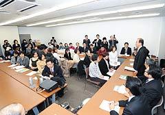 要望の席上、あいさつする渡辺座長(右側手前から4人目)=20日 厚労省