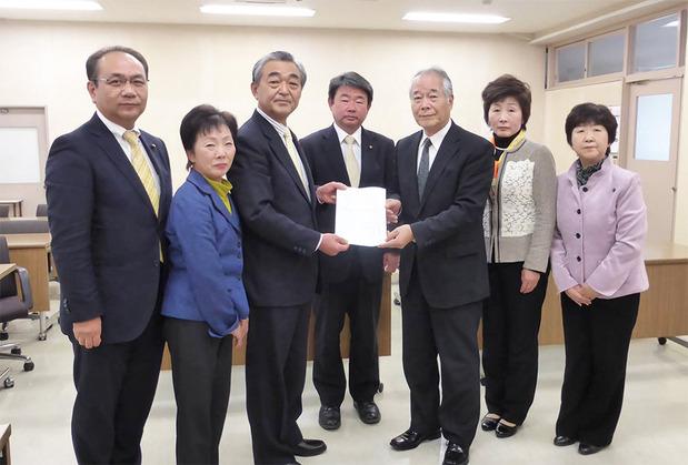 地方創生交付金の活用などを求め、吉成市長に要望書提出