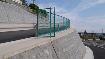 山側道路擁壁フェンス設置