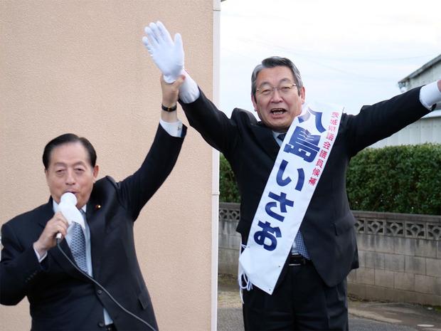 太田前国交大臣の激励を受ける八島いさお候補