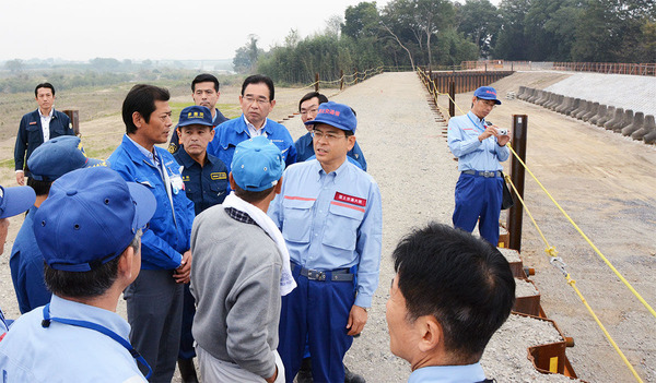 三坂町の決壊現場で、石井国交大臣