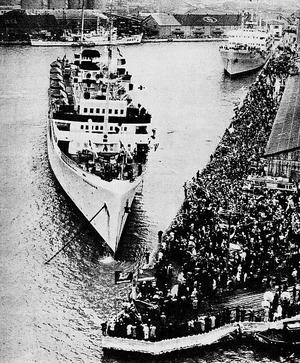 日本を出港する帰還船:日本政府写真公報より