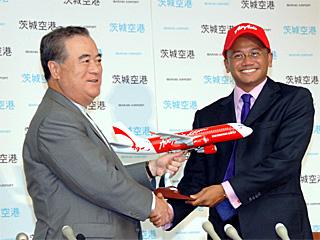 エア・アジアXのアズランCEO(右)と橋本昌茨城県知事(2008年7月茨城県庁で:空港対策課より写真提供を受けました)