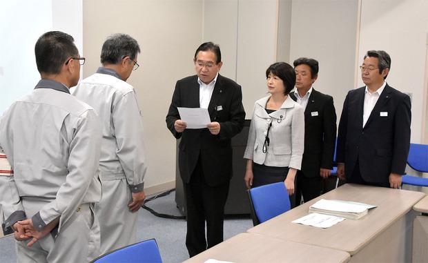 原子力機構へ緊急の要請書を手渡しする井手よしひろ県議ら