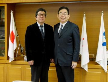 横須賀市議会板橋衛議長(左)と井手よしひろ県議