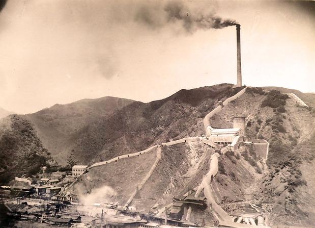日立鉱山精錬所と大煙突1940年ごろ梅津倶巳さん提供