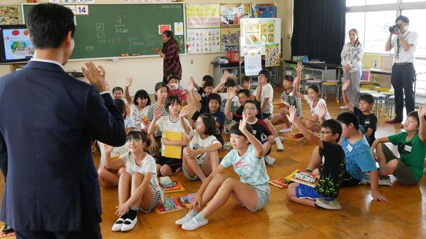 境小学校での英語の授業であいさつする岡本三成衆議院議員