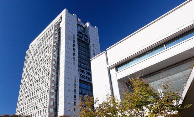 茨城県議会(手前)と県庁舎