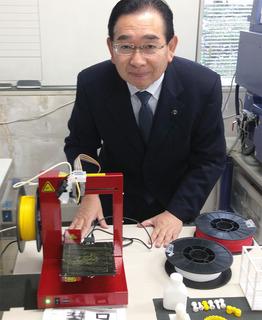 3Dプリンターを視察する井手よしひろ県議