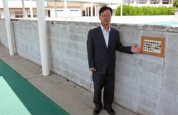ブロック塀の安全性を点検する村本しゅうじ氏
