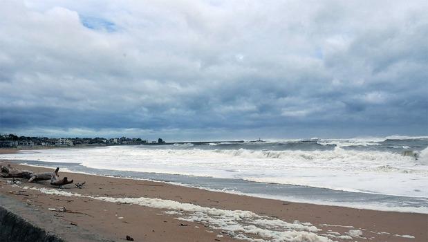 台風の影響で大荒れの河原子海岸