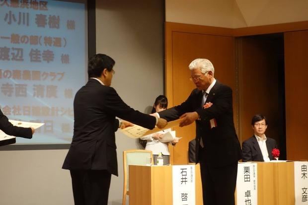国交大臣から表彰状を授与される小川市長